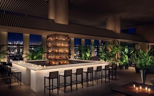 31階「Lobby Bar」のオフィシャルイメージ。ロビー階は、スラット(羽板)型の天井を組んで「二重構造」の空間としている(写真:マリオット・インターナショナル)