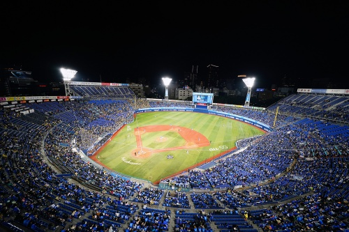 横浜スタジアム。横浜DeNAベイスターズ・阪神タイガース戦の3日間を対象に、追加的な予防策を講じたうえで収容率の上限を緩和。10月30日は1万6594人(収容率51%、写真は同日)、10月31日は2万4537人(76%)、11月1日は2万7850人(86%)を動員した。なお、着席時の飛沫感染リスクに関しては、スーパーコンピューター「富岳」で解析する(写真:横浜DeNAベイスターズ)