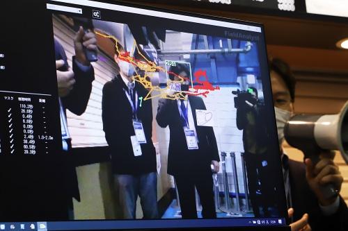 横浜スタジアムにおける技術実証。顔認識自体は新しい技術ではなく、開発の歴史がある。直近では、どんなマスクの色や柄でも認識できるように解析エンジンの性能向上を図っている(写真:安川 千秋)
