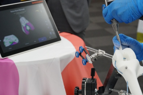 「CORI サージカルシステム」で骨を削るイメージ