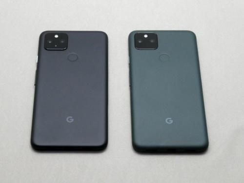 Pixel 4a (5G)(左)とPixel 5a (5G)の比較。基本性能の多くを引き継いでいる。厚みはPixel 4a (5G)の8.2mmから増した