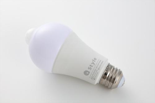 プラススタイルの「スマートLED電球(人感)/E26」。人感センサー付きで、人が近づいたことを感知して自動で点灯・消灯するなどの設定が可能だ