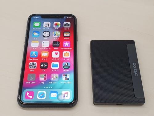 カード型Windowsパソコン「ZBOX Pシリーズ PI225-GK」(右)。サイズが分かるようにiPhone 11(左)と並べてみた
