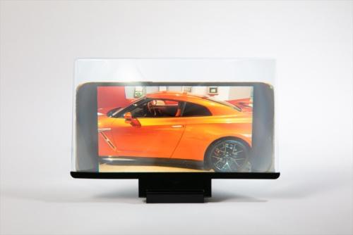 サイズは幅25×縦14.5センチと大きい。写真のスマホは6.7インチの「iPhone 12 Pro Max」だが、10インチのタブレットくらいに画面を拡大できる