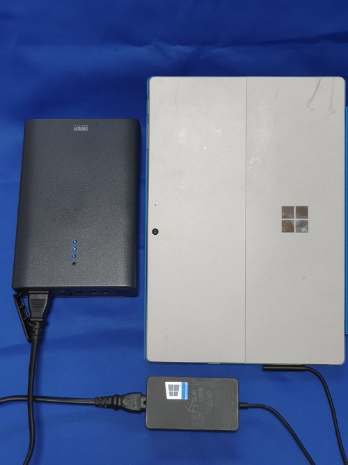 700-BTL040でSurface Pro 7を充電している様子