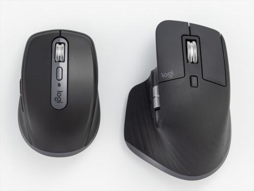 MX Anywhere 3は、MX Master 3(右)よりかなり小さく、手のひらに当たる部分が低い。ノートパソコンと一緒に持ち運びしやすい