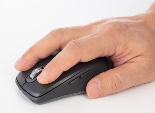 手が小さめの筆者にも無理なく、しっかり握れるサイズだ