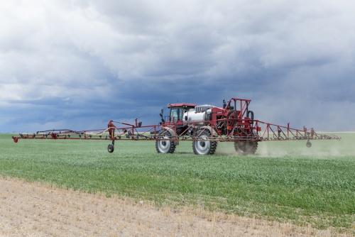 「CropSpec」を使って肥料を自動散布する様子