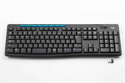 「Wireless Keyboard K275」(ロジクール、実売価格は1810円)は、無線接続のキーボード。独自規格の無線を使い、付属する受信機(写真手前)をパソコンのUSB端子に接続して使う