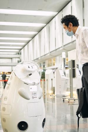 遠隔操作のアバターロボットが乗客を案内する