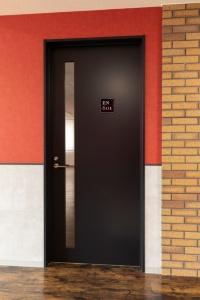 「TSレバータイト」窓付き片開きドアの施工例(画像提供:東洋シヤッター)