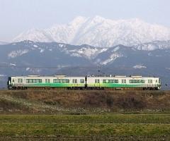 写真●立山連峰をバックに走る「あいの風とやま鉄道」の電車。「あいの風」とは、富山で春から 夏にかけて吹く北東のさわやかな風のことだ。