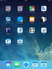 図●乗務員用端末のホーム画面(左)。時刻表や乗り換え案内、筆談アプリなどのアイコンが並ぶ。右は新幹線と在来線の時刻表アプリ画面。