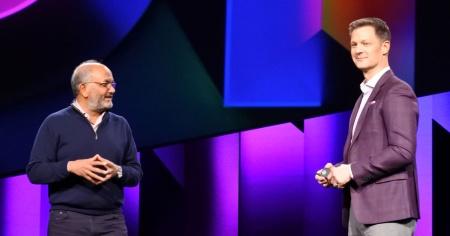 アドビ デジタルエクスペリエンス事業部門担当シニアバイスプレジデントのスティーブ・ルーカス氏(右)とアドビ会長、社長兼CEO(最高経営責任者)のシャンタヌ ナラヤン氏