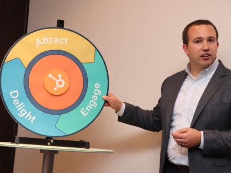 「フライホイール」を説明する米ハブスポット(HubSpot)チーフ マーケティング オフィサー(CMO)のキップ・ボドナー氏