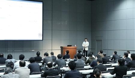 カカクコムの長谷川知彦氏による基調講演の様子(写真撮影:すべて大亀京助)