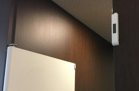 ソフトバンク本社ビルの男性トイレに取り付けられたドア開閉センサー