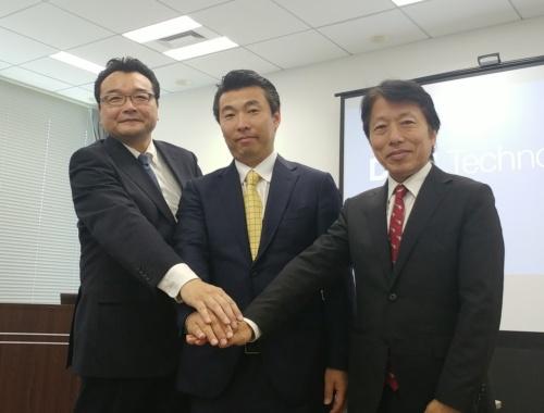 協業を発表したデル日本法人の田中源太郎クライアントソリューションズ統括本部クライアント製品マーケティング本部長(中央)ら3社の代表