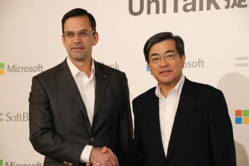 左から日本マイクロソフトの平野拓也社長、ソフトバンクの今井康之副社長兼COO